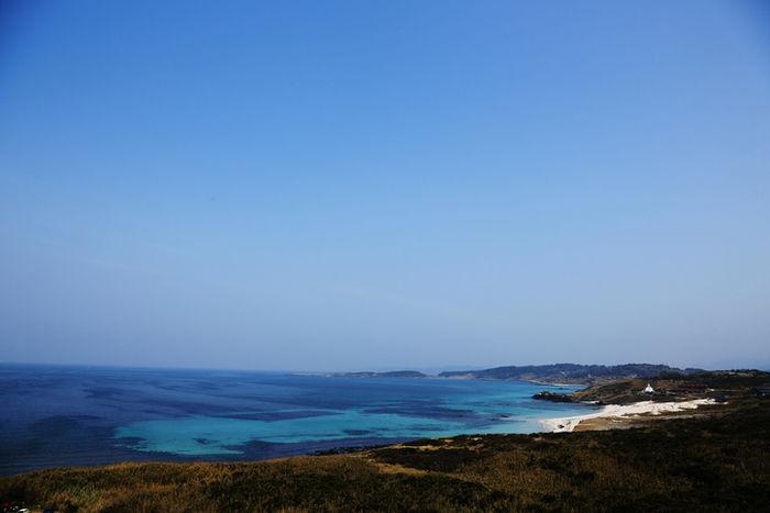 コバルトブルーの海と広い空