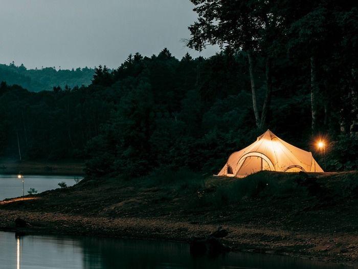 夕暮れのキャンプ場 テントの灯り