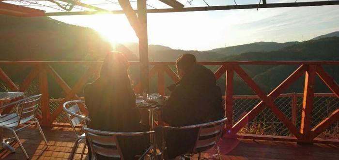 嵐山・高雄パークウェイで太陽の光を浴びながらバーベキューを楽しむ人