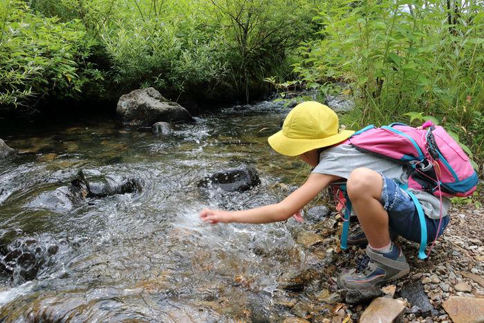 川の水で遊ぶ子供
