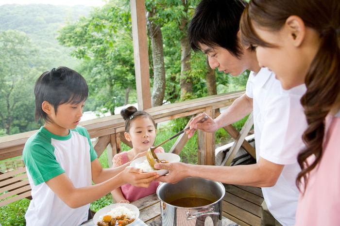 子供が親と一緒にカレーを作っている