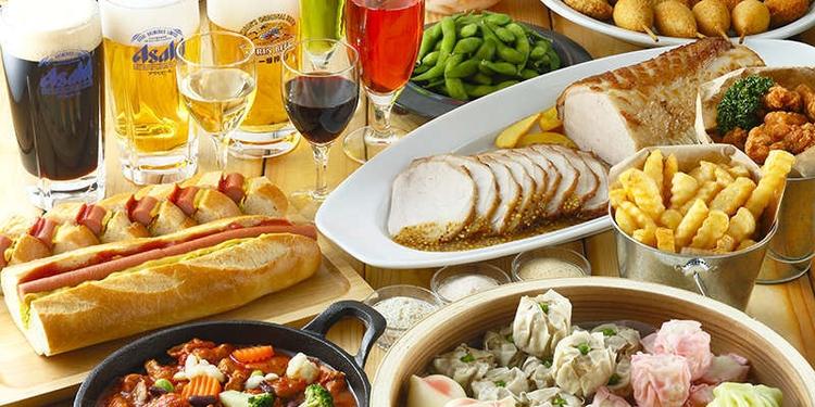 テーブルの上に並んだバーベキュー料理