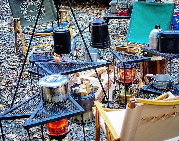 無造作に置かれたユニークな形のキャンプ用品