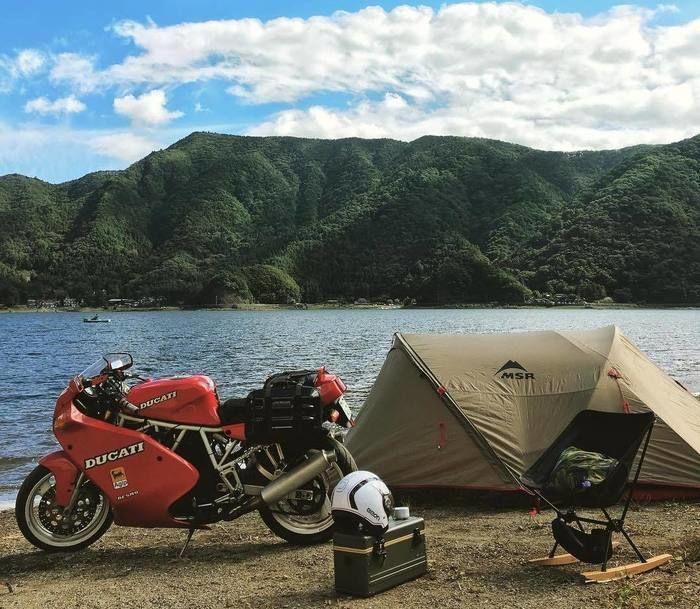 河川敷のバイクとテント