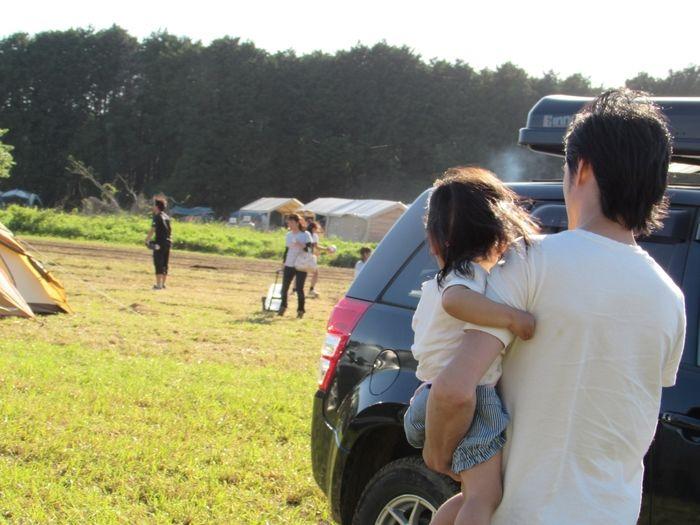 キャンプ場で子供を抱っこする父