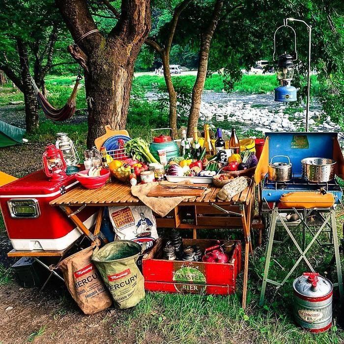 アンティークウッドボックスとたくさんの食材が並べられた机と横に並ぶコンロ