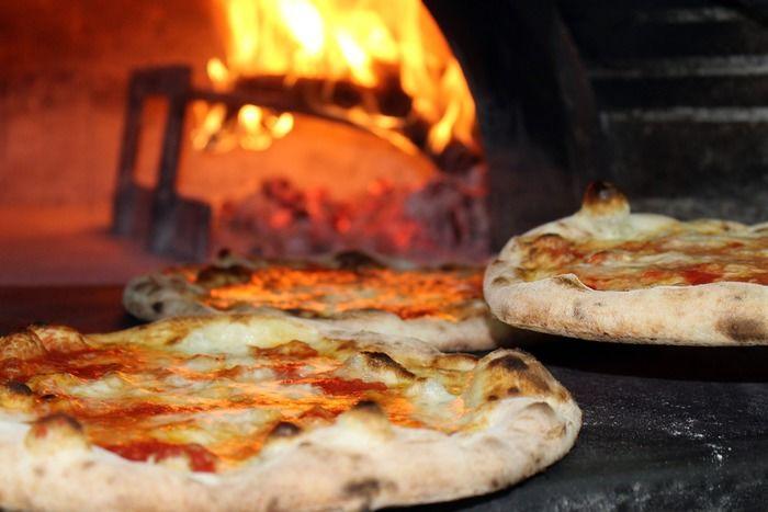 窯で焼かれているピザ