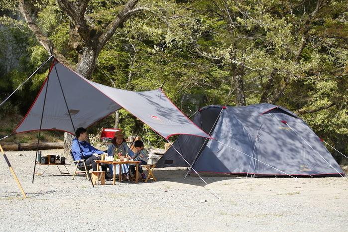 グレーのタフワイドドームでキャンプをしている家族
