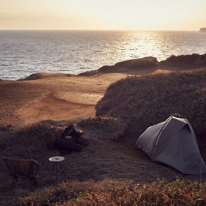 夕日の海とテント