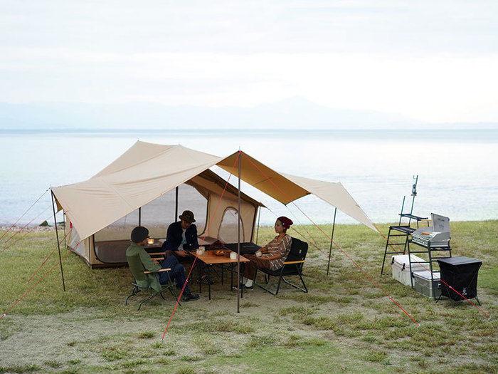 DODのヒレタープをエイテントに接続してキャンプサイトを作っている画像