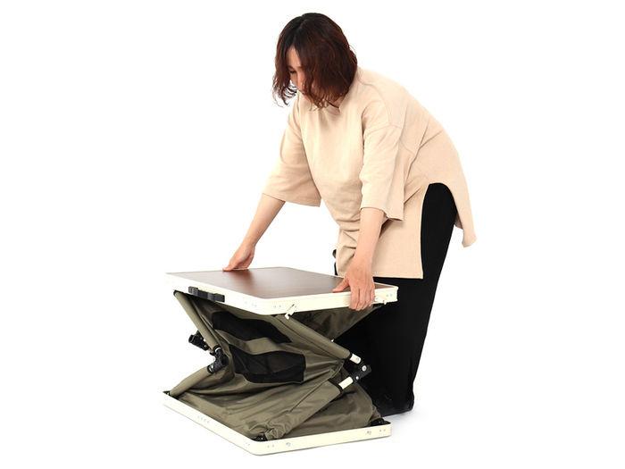 DODのマルチキッチンテーブルを組み立てている人の画像