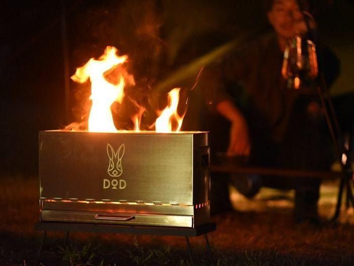 DODの焚き火台で焚き火をしている画像