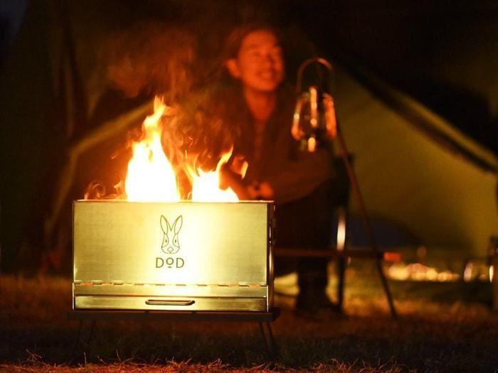DODの焚き火台を使って焚き火をしている画像