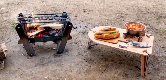 YOKAのトライポッドテーブルを使ってソロキャンプをしている画像