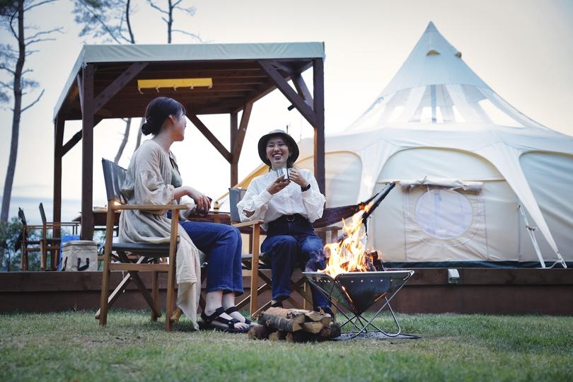 女子2人、今年はグランピングで語らう夏休み。「森と星空のキャンプヴィレッジ」でのリゾート体験に密着