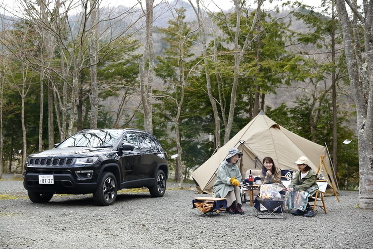 キャンプを楽しむ女性