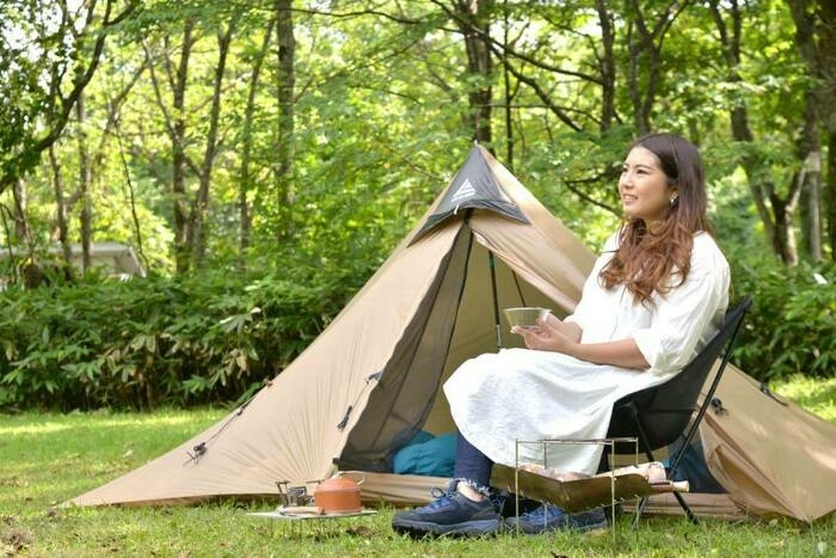 ソロキャンプを楽しむ女性