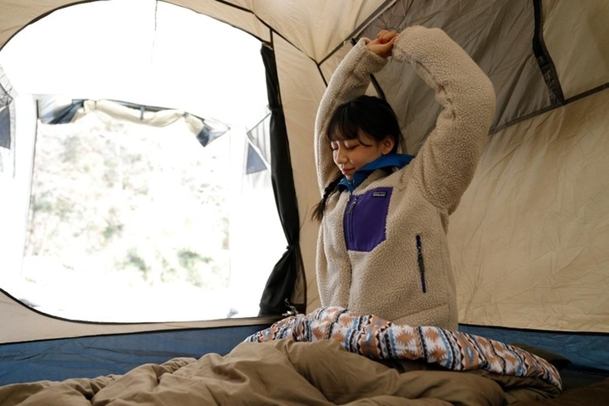 ホールアースのシュラフで寝る女性