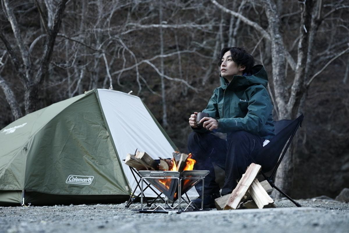 ソロキャンプをしている男性