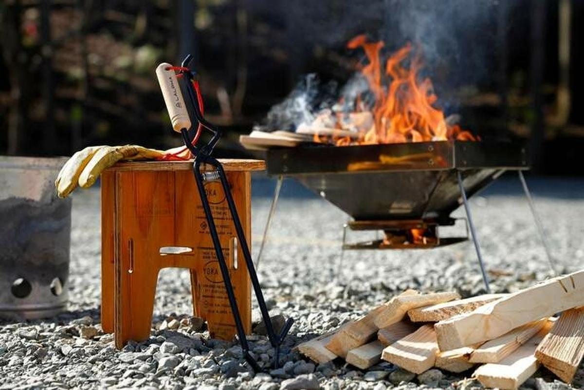 焚き火好きキャンパーに会心の一撃!新作火ばさみ「オリハルコン」
