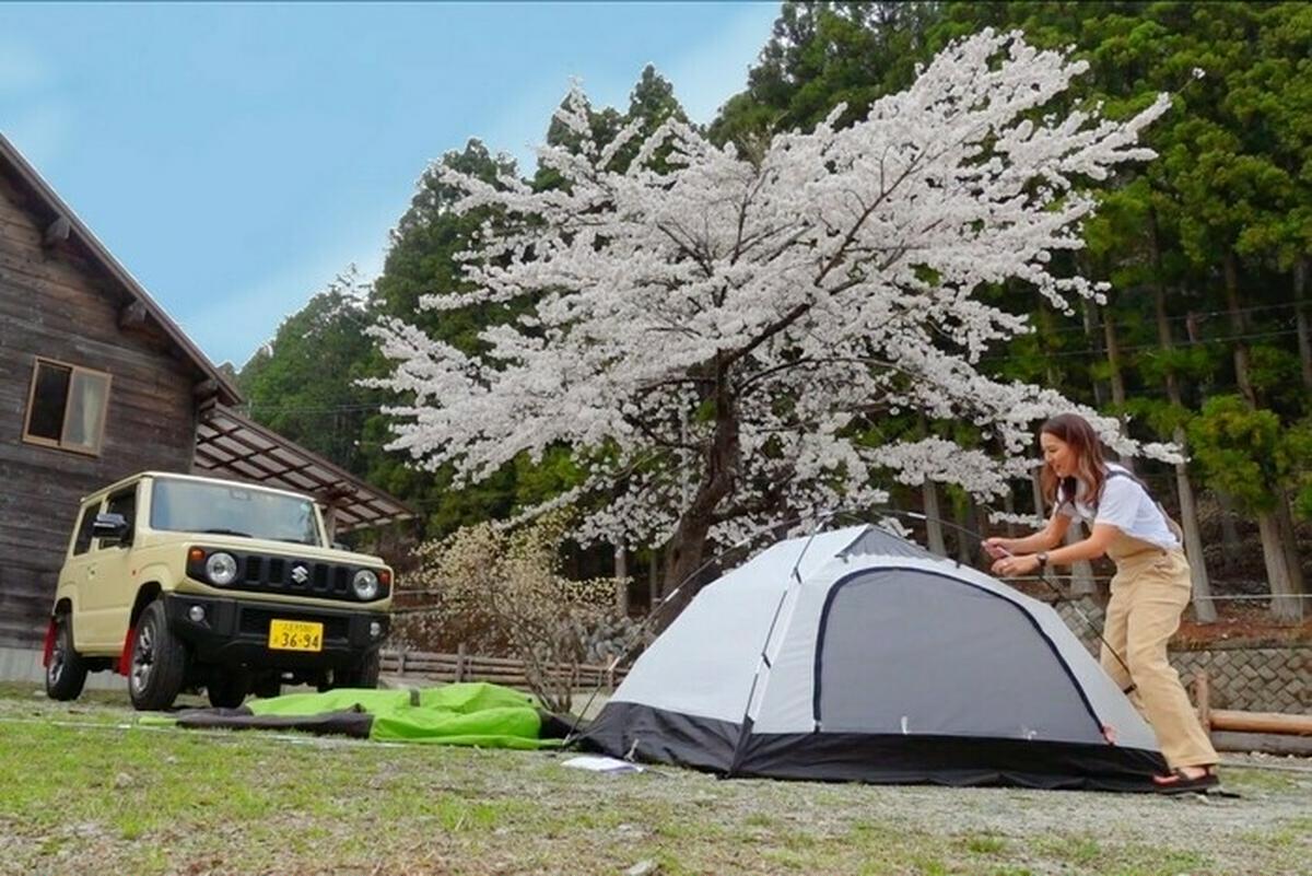 ロキシーの服を着てキャンプをする女子