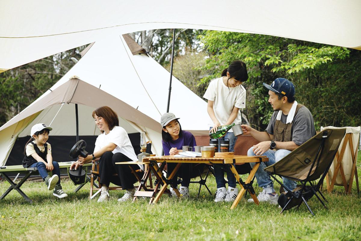 夏にキャンプを楽しむ家族
