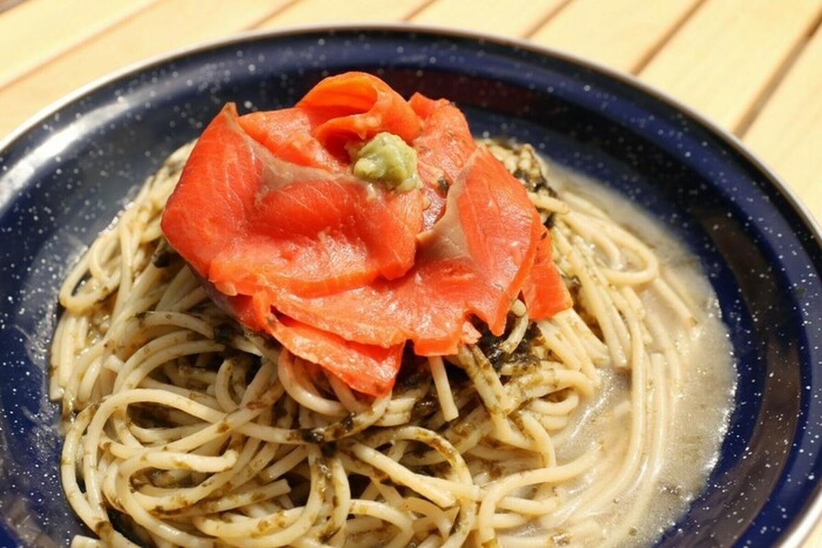 キャンプの万能食材「スモークサーモン」が活躍!15分以内でできる簡単レシピ【ひなたごはん】