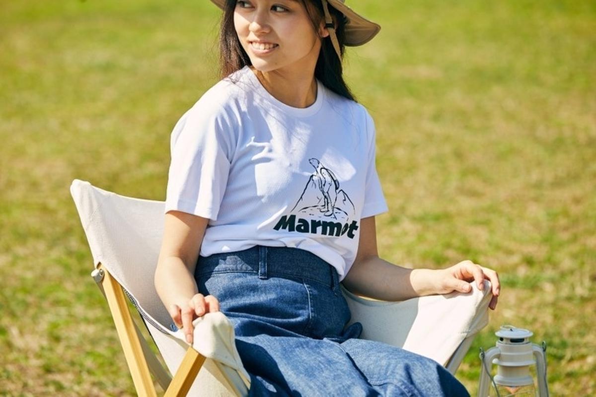 マーモットのTシャツを着てキャンプする女性