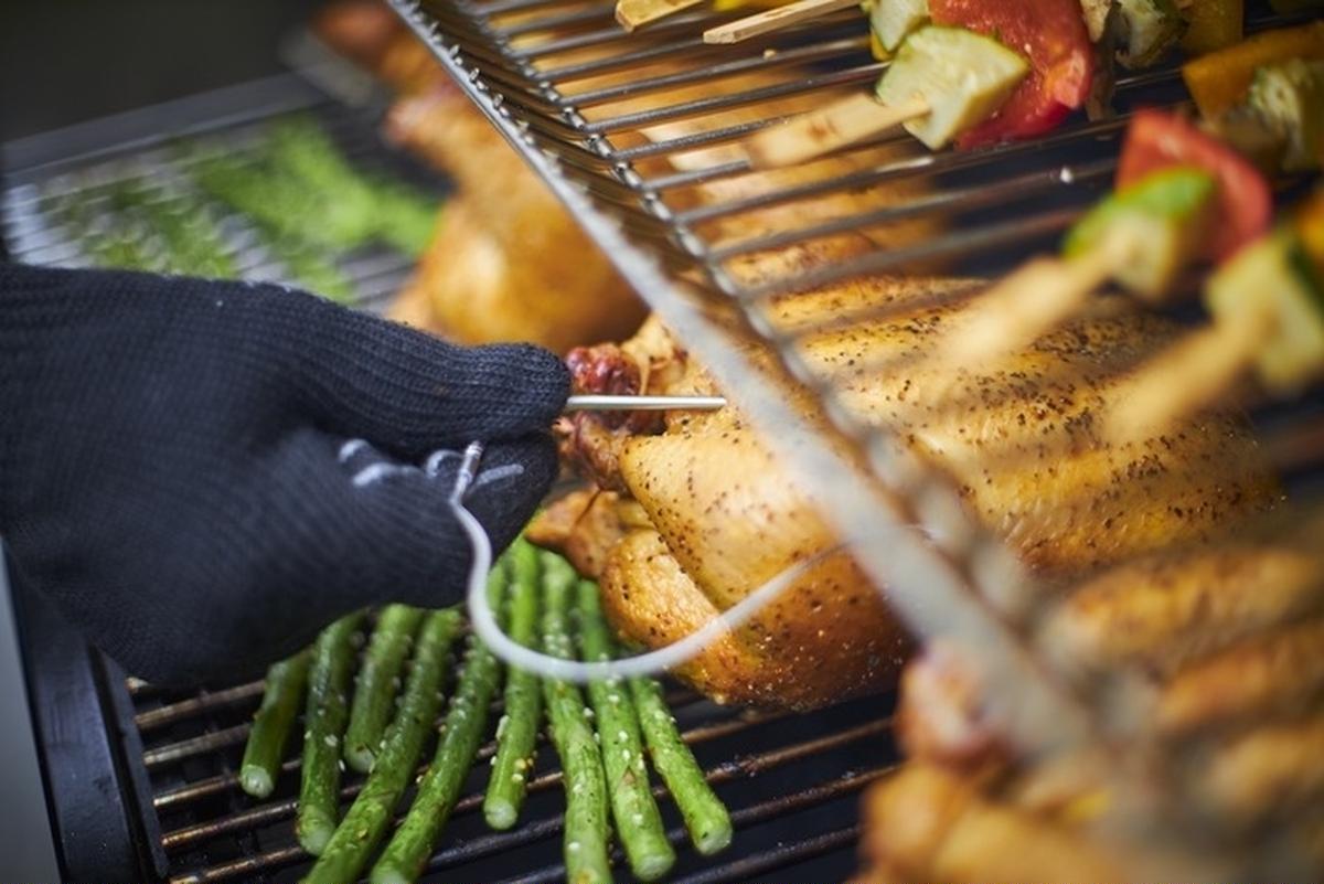 スマホで肉の焼き加減がわかる!バーベキューグリルのウェーバーから画期的なギアが登場