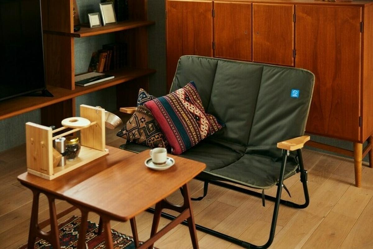ホールアースのソファとコーヒースタンド