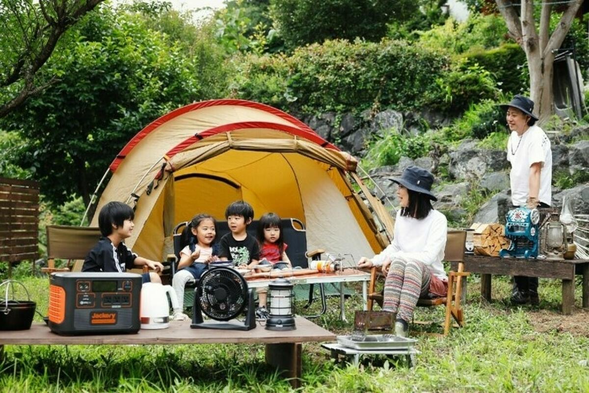 キャンプする家族