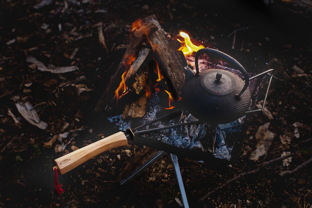 焚き火の観賞と料理を両立させる画期的な五徳。ピーターパンキャンパーズの「キューリ」で休日に癒やしの炎を