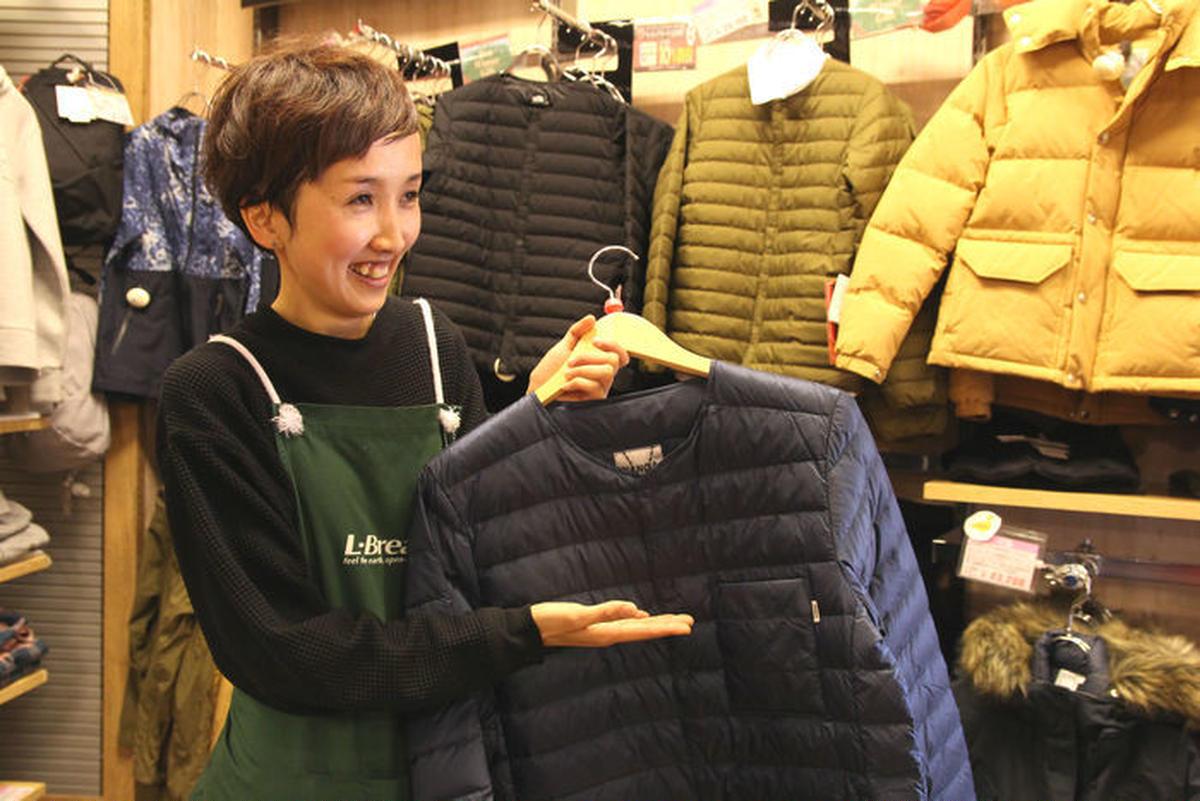 ウェアを紹介するエルブレスの店員